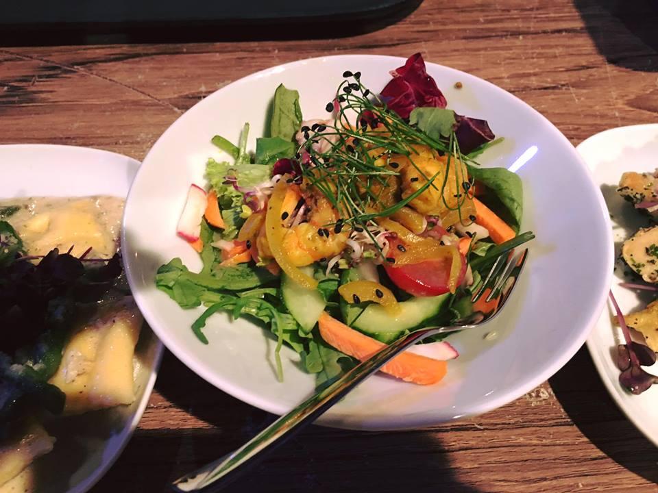 Salat mit wilden Kräutern